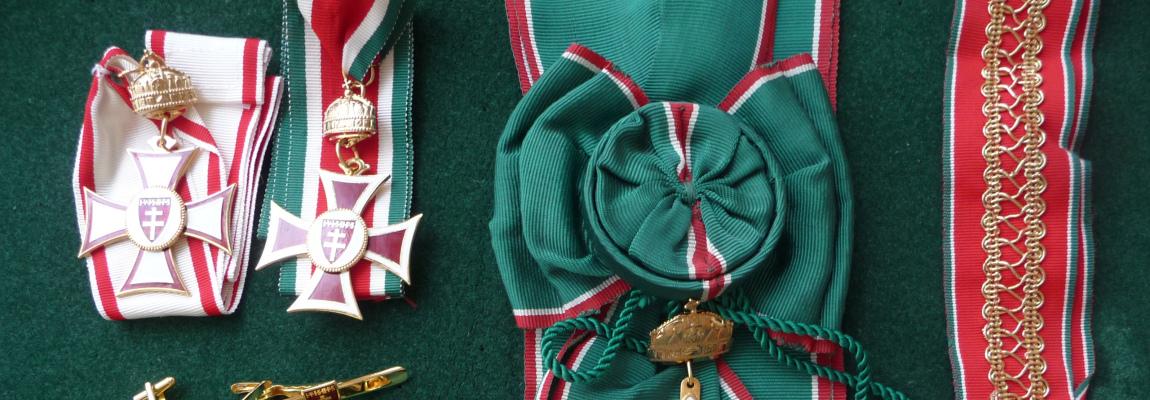 Dísz kitüntetések, címerek